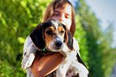 Bir köpek tutan çocuk — Stok fotoğraf