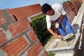 Mason constructing a wall alone — Stock Photo