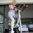 Elderly woman working out — Stockfoto