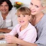rodiče a dcera pomocí přenosného počítače — Stock fotografie