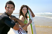 Couple se trouvait sur la plage prête à surfer — Photo