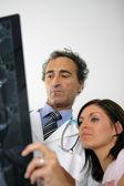 Uzyskanie opinii drugiego lekarza — Zdjęcie stockowe