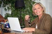 Mulher que trabalha em casa — Foto Stock