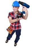 バッテリ駆動の動力工具を保持 tradeswoman — ストック写真