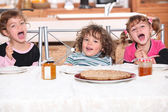 Children eating a pie — Stok fotoğraf