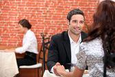 在一家餐厅吃饭的夫妇 — Stock fotografie
