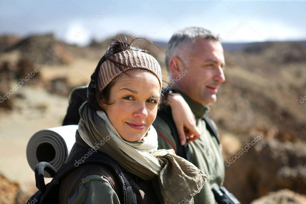 夫妇通过野外徒步旅行