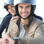 男と女はオートバイに笑みを浮かべて — ストック写真