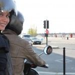 femme à cheval sur un scooter — Photo