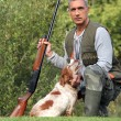 Hunter with shotgun and spaniel — Stock Photo