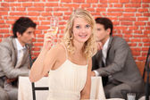 Blondýnka s champagne v restauraci — Stock fotografie