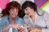 Unga kvinnor tar en paus från deras skolarbete — Stockfoto