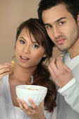 朝食を一緒に持っているカップル — ストック写真