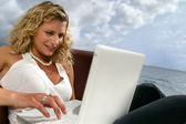 Kvinnan satt på stranden med laptop — Stockfoto