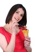 Mujer comiendo ensalada de fruta — Foto de Stock
