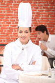 Bir restoranda oturan şef — Stok fotoğraf