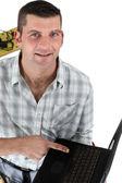 Trabajador por medio del ordenador portátil — Foto de Stock