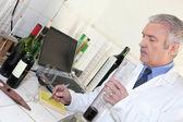 Oenolog testa ett vin — Stockfoto