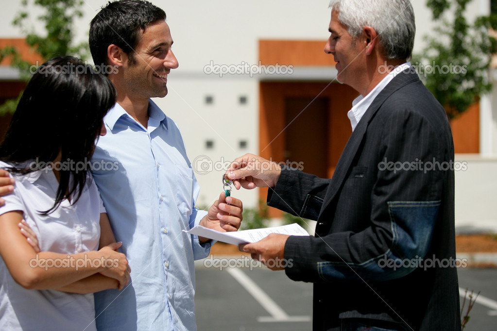 Couple receiving the keys to their new apartment — Stock Photo #8554962