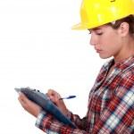 Tradeswoman filling in paperwork — Stock Photo