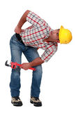 Een loodgieter op zoek onder iets. — Stockfoto
