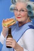 Alte im Walzen mit einen Burger und ein Bier — Stockfoto