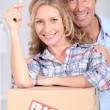 Couple with the key to their new home — Stock Photo