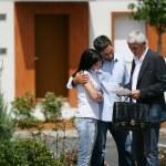 agent nieruchomości i młoda para czytanie dokument — Zdjęcie stockowe