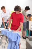Genç erkekler onların ev işlerini yapıyor — Stok fotoğraf