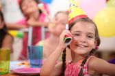 Jovem na festa de aniversário de uma criança — Foto Stock