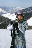 Female skier standing on a mountain — Stockfoto