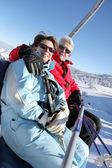 Oude paar op luchtfoto lift — Stockfoto