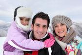 在一个冬天的一天家庭出游 — 图库照片