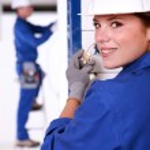 feminina eletricista instalar um power point — Foto Stock