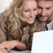 Foto Stock: Couple on laptop.