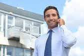 Kaufmann auf mobiltelefon — Stockfoto
