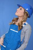 žena v modré montérky a bezpečnostní přilba — Stock fotografie