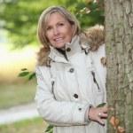 女性が外の森の秋の散歩を — ストック写真
