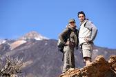 Couple de randonnée à travers les montagnes — Photo