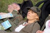 Coppia di escursionisti prendendo una pausa — Foto Stock