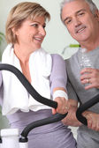 Mature couple at the gym — Stock Photo