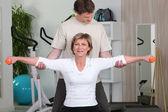 Personlig tränare att hjälpa sin klient med hennes hållning — Stockfoto