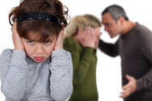 маленькая девочка, блокирование out аргумент родителей — Стоковое фото