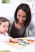 Frau mit ihrem kind spielen — Stockfoto