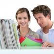 un par de estudiantes en la biblioteca — Foto de Stock