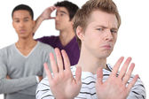 Grupo de alunos do sexo masculino brigando — Foto Stock