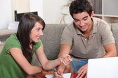 Manliga och kvinnliga student arbetar tillsammans — Stockfoto
