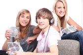 青少年听 cd 头戴式耳机 — 图库照片