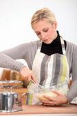 Vrouw koken — Stockfoto