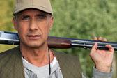 Escopeta de cazador holding — Foto de Stock